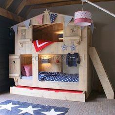 Nieuw in ons assortiment: dit hele stoere stapelbed  van gebruikt steigerhout met een logeerlade.  In dit bed kunnen maar liefst 3 kindjes slapen.  Eentje bovenin, de ander onderin en in de lade is ook nog  plaats voor een matras. Maar de lade kun je ook gebruiken als opberglade.    Dit is hetzelfde bed als bed Liam en Sterre.     Ons basic bureau past perfect aan de kopse kant van dit bed.     Dit is hetzelfde bed als Liam en Sterre.    NIEUW is dat je het bed kunt laten voorzien van een…