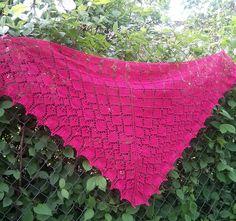 Smukt sjal, der ser meget kompliceret ud, men ikke er svært at strikke. Der er ikke tekstforklaring til denne opskrift, kun diagram. God chance til at øve sig på det!