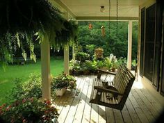 Today we propose a great and fun idea to decorate the porch. With a hanging front porch swing for the whole family. Give a twist to the terrace and make the porch the favorite corner for this summer. Country Porches, Country Patio, Country Life, Country Living, Pergola Design, Diy Pergola, Pergola Ideas, Patio Design, Outdoor Rooms