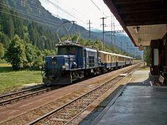 Rhätische Bahn/Viafier Retica/Ferrovia Retina (RhB): Ge 6/6 I 412, damals tatsächlich blau lackiert, fährt mit historischem Glacier-Express Richtung Chur  Ort: Bahnhof Waltensburg/Vuorz (GR) Datum: Sommer 2006  Copyright: Harry Sanders (NL)