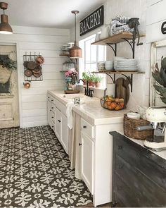 Farmhouse kitchen.. beautiful floor. And love the open shelving ❤️
