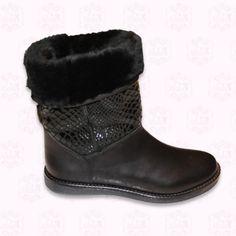 Sehr Modische Schwarze Stiefel in schwarzem Farbglanz mit schlangenhaut-Effekt. Alles Leder und echtem Haar. Es kann sowohl das obere innere Fell nach aussen gedreht werden oder nach innen in dem der Schaft velängert wird.  Innere Ledersohle, Gummiaussensohle, wasserdichter Stiefel.  124,60 €