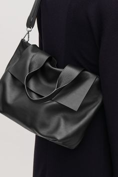 Detailed image of Cos leather tote bag with strap in black- Detailed image of Cos leather tote bag with strap in black Detailed image of Cos leather tote bag with strap in black - Cheap Purses, Cute Purses, Purses And Bags, Fashion Handbags, Fashion Bags, Black Leather Bags, Black Bags, Black Tote Bag, Minimalist Bag