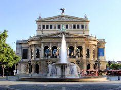 Conheça a independente cidade de Frankfurt am Main, grande centro econômico da Alemanha. Além do seu centro financeiro com sua bolsa de valores - em especial na rua Zeil, a cidade de Frankfurt se destaca pelas feiras Internationale Automobil-Ausstellung (automobilismo) e a Feira do Livro, e também por ser a sede da Lufthansa - principal empresa aérea alemã. Ao conhecer a cidade, não deixe de visitar a Estação Central, o Instituto Städel, os Jardins de Arqueologia, além do Schirn Art Hall…