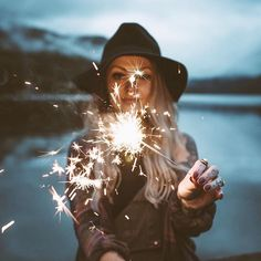 fotografie ideen - Looking for or wanting creative ideas to rock your photo shoot? Sparkler Photography, Girl Photography Poses, Creative Photography, Popular Photography, 4th Of July Photography, Smoke Bomb Photography, Spring Photography, Time Photography, Birthday Photography