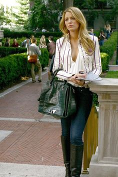 Serena van der Woodsen Wearing a White Striped Blazer Just like her memorable Gossip Girl character Serena van der Woodsen, Blake Lively knows how to put together a trendy outfit. While the actress is a Mode Gossip Girl, Estilo Gossip Girl, Gossip Girl Outfits, Gossip Girl Fashion, Gossip Girls, Gossip Girl Clothes, Gossip Girl Style, Blake Lively Gossip Girl, Gossip Girl Serena