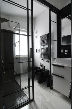 L'eleganza del nero e la purezza del bianco per un bagno che rimane impresso grazie anche alla porta scorrevole in cristallo che lo separa dall'antibagno. Divider, New Homes, Cottage, Houses, Black And White, Bathroom, Interior, Furniture, Design