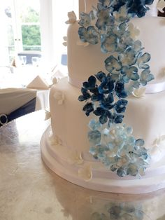 Blue Hydrangea wedding cake This is pretty with the minimal color but still colorful