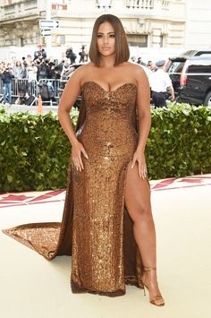 Ashley Graham Works the Met Gala 2018 Red Carpet, Is Rendered Speechless By Rihanna!: Photo Ashley Graham is working the red carpet! The model arrived in style for the 2018 Met Gala held at the Metropolitan Museum of Art on Monday (May Looks Plus Size, Plus Size Model, Curvy Fashion, Plus Size Fashion, Petite Fashion, Fall Fashion, Style Fashion, High Fashion, Ashley Graham Style