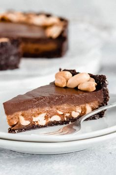 This No Bake Vegan Chocolate Peanutbutter Pie is refined-sugar free, oil-free and can easily be made gluten-free. With a crust that consists almost only of wholefood ingredients, a creamy peanutbutter layer in the middle and a chocolate ganache on top, this cake sure is a flavour explosion! I vegandessert I veganpie I