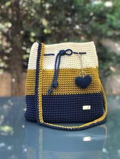 Crochet backpack pattern inspiration / crochet bag from t-shir yarn - Salvabrani How To Crochet A Shell Stitch Purse Bag - Crochet Ideas Crochet Backpack Pattern, Crochet Tote, Crochet Handbags, Crochet Purses, Free Crochet, Knit Crochet, Purse Patterns, Crochet Patterns, Knitting Patterns