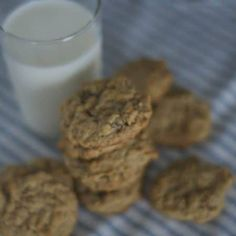Peanut Butter Oatmeal Cookies - the all-time favorite oatmeal cookie made that much better with the addition of peanut butter and golden raisins. We love to eat cookies. Do YOU love to eat cookies? Peanut Butter Oatmeal, Oatmeal Raisin Cookies, Creamy Peanut Butter, Doubletree Chocolate Chip Cookie Recipe, Chocolate Chip Cookies, Cookie Recipes, Dessert Recipes, Desserts, Cold Cake