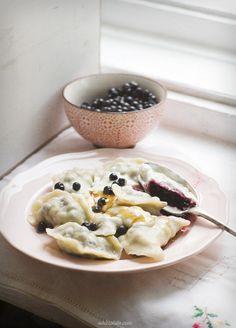White Plate: Pierogi z jagodami