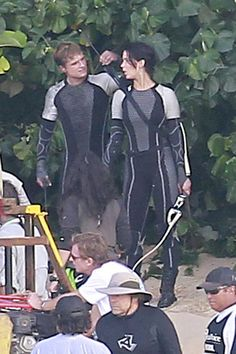 Jennifer Lawrence Photos - Jennifer Lawrence, Josh Hutcherson and Sam Claflin don full body suits and weapons on the set of their movie, 'The Hunger Games: Catching Fire', being filmed in Hawaii. - Stars on the Set of 'The Hunger Games: Catching Fire' New Hunger Games, Hunger Games Movies, Hunger Games Catching Fire, Hunger Games Trilogy, Divergent Trilogy, Katniss And Peeta, Katniss Everdeen, Josh And Jennifer, Team Gale