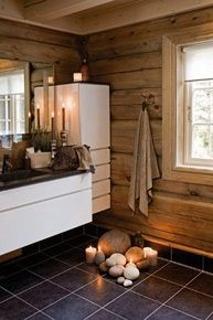 Bad? Kanskje med litt mindre moderne skap :) Tiny House Living, Cottage Living, Home And Living, Cabin Homes, Log Homes, Contemporary Cabin, Old Country Houses, Cabin Bathrooms, Wooden Cabins