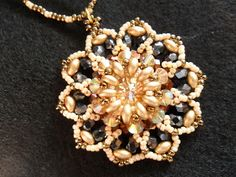 El Taller de Sofia: Medallón en Swarovski con twin beads, tutorial de pago.