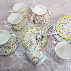 """Για το πρωινό , για το σερβίρισμα των γλυκών αλλά και των ορεκτικών σας προτείνουμε αυτό το σετ της ρομαντικής σειράς """"Ditsy Floral"""" , από φίνα ευρωπαϊκή πορσελάνη. Tableware, Dinnerware, Tablewares, Dishes, Place Settings"""