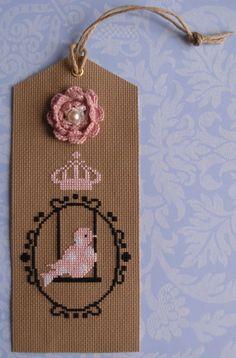 Marque page brodé au point de croix Oiseau sur balançoire,couronne,fleur : Marque-pages par lutine76