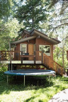 Private room in Ketchum, US. The bigger of two tree houses. Nice wood floors cozy warm. Shared bathroom with shower just steps (outside) away. Sleeps 3 (one double bed, one twin bunk). Zipline to bathroom. Quiet central location easy walk to restaurants and nightlife and even...