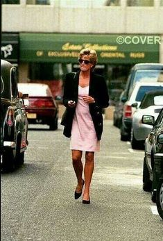 Princess Diana out and about on her own, in a pink short dress or skirt/tshirt combo, and long black jacket. Princess Diana Family, Princess Of Wales, Royal Princess, Diana Williams, Camilla Parker Bowles, Diana Fashion, Lady Diana Spencer, Spencer Family, Glamour