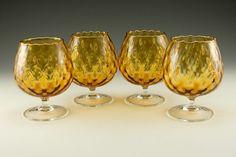 """retroartglass: (via retro da arte do vidro: Jogo de italiano retro vidro fundido Brandy Snifters) raro conjunto de balões soprado brandy snifter vidro óptico.  Cada segurar 7 onças (com um """"lip-service).  Perfeito para brandy, mas grande para extravagantes coquetéis também.  Muitas vezes não é visto neste tamanho.  Estes são feitos para beber, em vez dos balões snifter óptica de grandes dimensões que foram feitas para serem utilizadas como vasos.  Especialmente difícil de encontrar como um…"""