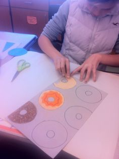 Wayne Thiebaud lesson - students create their own templates for repetition- includes slide show. Work on these while clay cupcakes dry! Middle School Art, Art School, School Life, School Days, School Stuff, Third Grade Art, Art History Lessons, Atelier D Art, Wayne Thiebaud