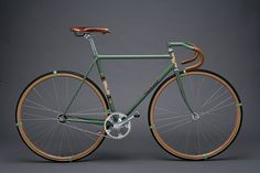 Grass track racing is an almost forgotten aspect of our sport. Along with bicycle speedway, it is eclipsed by the now very fashionable velodrome version, and even by bicycle polo. Nevertheless, the history and culture is an extended one, and provides us with a rich style. This bike by Townsend Cycles combines the age-old tradition of path racing with the classic ethos of velodrome racing.