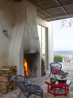 North of Malibu on a bluff overlooking Broad Beach, Richard Shapiro created a romantic villa with a splash of Mediterranean style Ri...