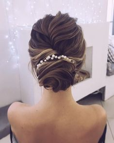 Jaw dropping wedding updo hairstyle inspiration Looking for gorgeous wedding hairstyle? classic chignon, textured updo or a chic wedding updo with a pretty details. These wedding updos are perfect for any bride looking for a unique wedding hairstyles. Unique Wedding Hairstyles, Fancy Hairstyles, Bridal Hairstyles, Gorgeous Hairstyles, Hairstyles 2018, Bridal Updo, Vintage Hairstyles, Evening Hairstyles, Simple Bride Hairstyles