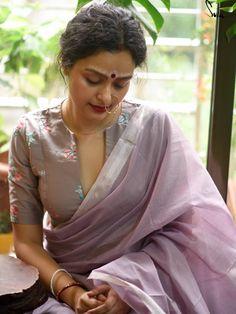 Blouse Designs High Neck, Sari Blouse Designs, Saree Blouse Patterns, Fancy Blouse Designs, Kurta Designs, Satin Saree, Stylish Blouse Design, Indian Blouse, Indian Sarees