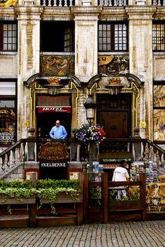 't Kelderke is gelegen op de Grote Markt. Zer serveren typische Belgische kost aan een goedkope prijs.