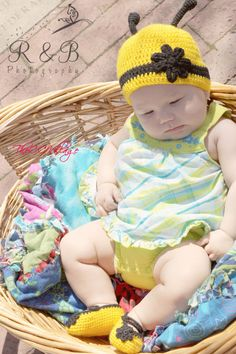 Yellow crochet bumble bee hat shoes set baby girl от TheCCVillage, £19.00