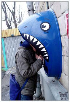 Cabine telefônica em formato de tubarão / Russian Shark Phone, Moscou (Rússia). Veja também: http://semioticas1.blogspot.com.br/2013/03/arte-e-videogame.html