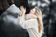 Paard en Puur Aimee met haar arabier in de sneeuw. Hij was zo rustig tijdens de shoot, hij gaf ook kusjes terug aan Aimee ---------------------------------- Wil je ook een fotoshoot? Stuur een PB voor meer info ---------------------------------- www.elianevanschaikphotography.com #blonde #arabian #arabier #arabianhorse #snow #winter #blondehair ##snow #winterhorse #blackhorse #horse #equine #equinephotography #paard #paarden #paardenfotografie #pferdefotografie #instahorse #bestofhorses…