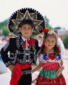 Aquí es un ejemplo de la ropa tradicional de México. La chica lleva un vestido con colores vivos y el chico lleva un traje mexicano.