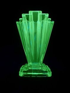 Art Deco vase - have two of these Art Deco Decor, Art Deco Stil, Art Deco Design, Glass Design, Art Nouveau, Vaseline Glass, D House, Art Deco Glass, Art Deco Furniture