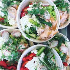Idag serveras det en sallad med härliga vårprimörer såsom rädisorsparris och tryffelmarinerat blomkålsris med varmrökt lax eller våran skärgårdssoppa med torsklax och handskalade räkor! Varmt välkomna! #sockermajas #torslanda #sallad #soppa #hantverk #foccacia #fredagslunch