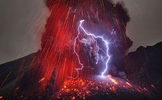 Impresionante imagen del Sakujima haciendo erupción con rayo volcánico