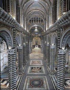 Catedral de Siena es una iglesia medieval en Siena, Italia, dedicada desde sus primeros días como una iglesia mariana católica, y ahora dedicada a Santa Maria Assunta.