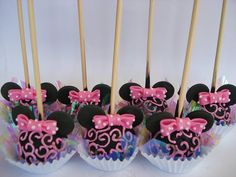 WHat's a minnie mouse themed party without minnie mouse cake pops? Minnie Maus Cake Pops, Bolo Da Minnie Mouse, Minnie Mouse Theme, Pink Minnie, Minnie Mouse Cup Cakes, Dessert Party, Birthday Party Desserts, Dessert Table, Birthday Parties