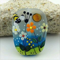 ❤~Piedras Pintadas~❤ ♥ ⊰❁⊱ Painted rock: – Art – Art is my life. Stone Crafts, Rock Crafts, Diy And Crafts, Arts And Crafts, Pebble Painting, Pebble Art, Stone Painting, Painting Flowers, Bee Painting