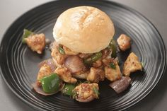 How to make Chilli Chicken Burger - SK Khazana, recipe by MasterChef Sanjeev Kapoor Chinese Menu, Chinese Chicken, Chinese Starters, How To Make Chilli, What To Cook, Recipe Of The Day, Yummy Food, Snacks, Meat