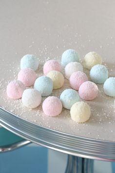 FLUFFY PASTEL COCONUT MARSHMALLOWS - Passion 4 baking :::GET INSPIRED::: Marshmallows, Liquorice Recipes, Shredded Coconut, 4th Birthday, Pastel, Treats, Candy, Homemade, Baking