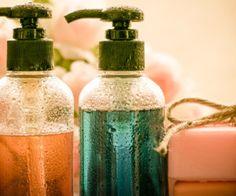 Fabriquer son gel douche écologique est une alternative écolo aux gels douches achetés dans le commerce. Ces derniers contiennent des produits chimiques qui peuvent être nocif pour la peau mais également pour l'environnement puisqu'ils finissent dans l'eau de rinçage, et, in fine, dans la…