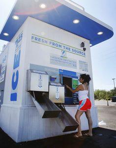 Another interesting kiosk…A self-serve ice kiosk Source: Arizona Daily Star Vending Machine Business, Vending Machines, Recycling Machines, Water Poster, Supermarket Design, Indiana, Self Serve, Vintage School, Save Water