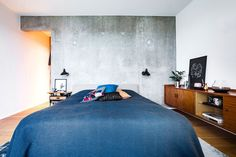 Concrete gives your bedroom a raw and rustic look. In this bedroom the architect Rasmus Bak has cast a concrete wall. Concrete Design, Concrete Wall, Home Bedroom, Bedroom Decor, Grey Stuff, Apartment Layout, Awesome Bedrooms, Bed Design, Wall Design