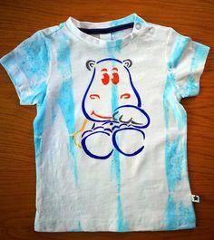Das coole Kurz-arm Jungen T-Shirt ist aus Baumwolle.   Auf der Schulter kann man das Shirt mit 2 Druckknöpfen schlissen.  Das einfarbige, gerade, locker geschn Mens Tops, Fashion, Boys, Shoulder, Cotton, Moda, Fashion Styles, Fasion