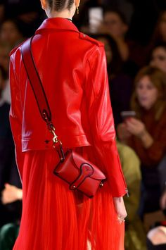 Christian Dior at Paris Fashion Week Spring 2017 - Details Runway Photos Fashion Week Paris, Fashion 2018, World Of Fashion, Fashion Trends, Fashion Weeks, Christian Dior, Instagram Worthy, Shades Of Red, Lady