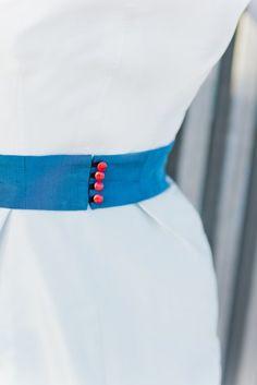 zweifarbiges Brautkleid mit Hellblau und Dunkelblau, großer Schleife und roten Lackknöpfen (www.noni-mode.de - Foto: Le Hai Linh)