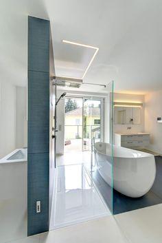 Finde moderne Badezimmer Designs: Traum in Blau und Weiß. Entdecke die schönsten Bilder zur Inspiration für die Gestaltung deines Traumhauses.